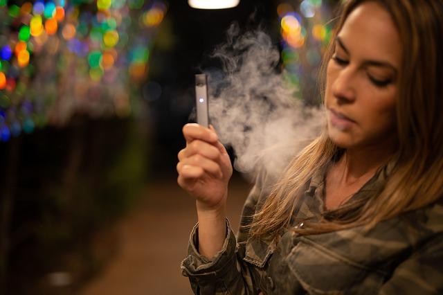 Menschen aus Berlin fangen mit dem E-Rauchen an und der Trend steigt